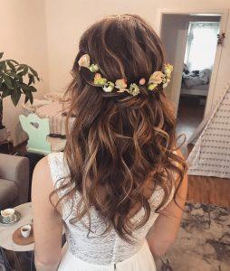 Lockere halboffene Brautfrisur mit Blumen