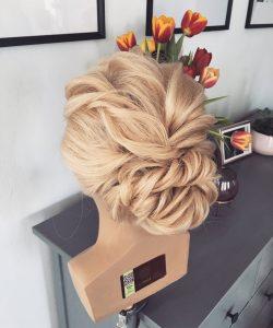 Lockige blonde Brautfrisur