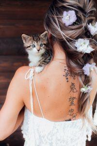 Mermaid Braid Baby Katze auf Schulter