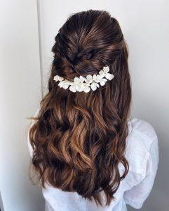 Halboffene Brautfrisur mit Porzellanblumen