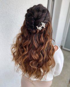 Halboffene Brautfrisur für dicke Haare