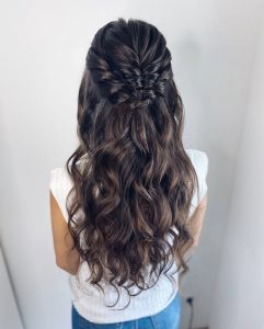 Halboffene Brautfrisur mit Locken für lange Haare