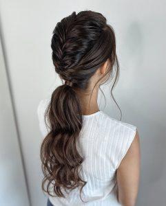 Moderne Brautfrisur für die Standesamt Hochzeit für lange Haare